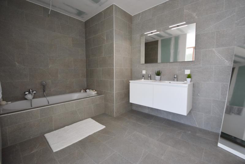 Woning Clos Des Arts Oosthoekplein 4 te koop bij Knokke Real Estate, badkamer 1