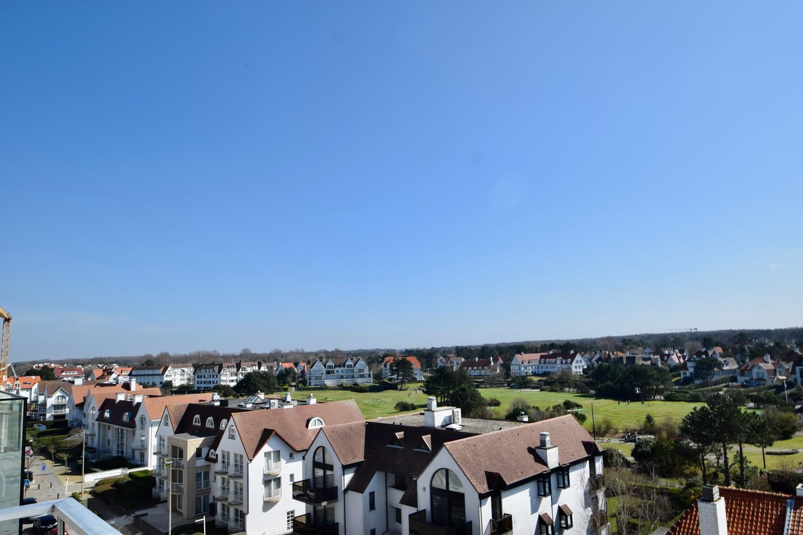Te koop bij Knokke Real Estate met zicht op de Kustlaan en Approach golf